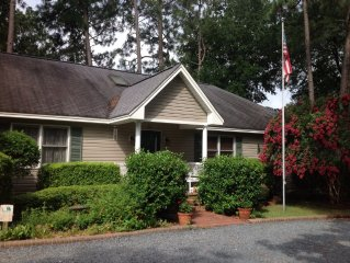 Cardinal House in Historic District! Large family friendly yard! Hot tub!