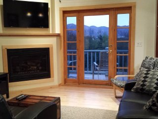 Expansive Mountain Views,Large Private Yard, Sleeps 6 & Pet-friendly