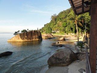 Casa pé na areia com piscina e vista para Ilha Grande