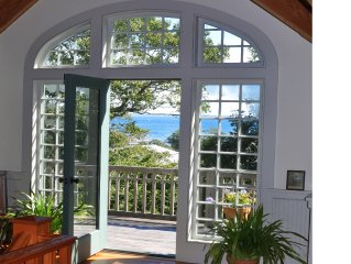 Waterviews from all floors. Secluded luxury, Close to the bay beach & town cntr.