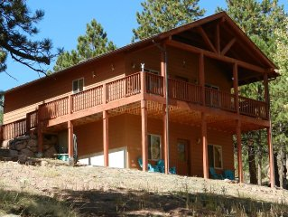 Hawk Ridge Cabin-Luxurious Secluded Cabin with Hot Tub.