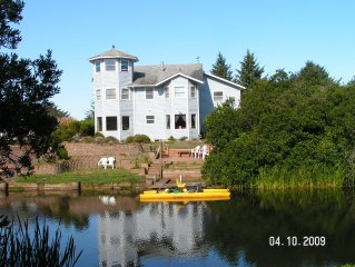 Beautiful Waterfront Home! Ice Cream Parlor, Home Theater, Kayak, Pedal Boat!