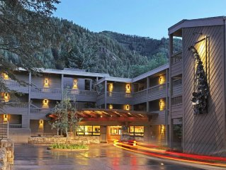 Beautiful quiet Condo-short walk to shopping, dining, and skiing-best amenities
