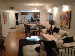 Best location in Naples. Walk to everything. 5 minutes walk from 5th Avenue, 2/2