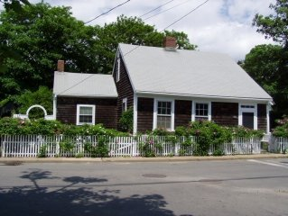 Charming1700's Edgartown Village Cottage 5 Minute walk to Downtown