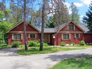 Great Family Cottage at Crystal Mountain - Short walk to ski and golf