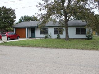 Cool and Comfy Neighborhood Haus with Garage
