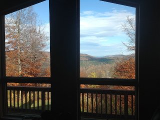 Top of the World Views! Private Waterfalls, Hiking, & Jacuzzi! Dogs Welcome!