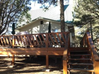 Ruidoso/Alto Country Club Estates w/Jacuzzi, charming home with view