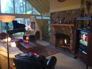 SEATTLE LODGE Fireplace Grand Piano Keyless Entry Continuous Hot Shower Water
