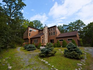 Dramatic Forest Haven on 5 Acres--Hot Tub--Gourmet Kitchen!!