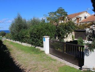 Trés bel appartement dans villa au bord de l'eau avec jardin.