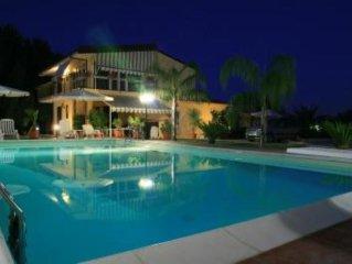 Casa Vacanza Villa Ludovica, Relax ed ogni Confort, Piscina 6x12 , Jacuzzi, Camp