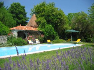 Cadre enchanteur, grande  piscine et spa. Lits king size