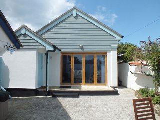 Delightful retreat, 3 mins walk to the beach