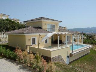 Ontspanning begint bij Villa Alphan met prive zwembad omringt door groene heuvel