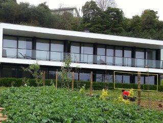 A casa do Manuel é uma moradia moderna e ampla envolvida pelo verde do campo.