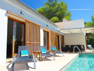 FOOTPRINTS VILLA. STUNNING PUERTO POLLENSA HOME. HEATED POOL. 150m SEA/PINE WALK