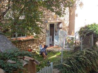 Maison de caractere avec jardin , au calme .