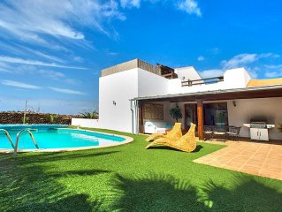 Luxury Private  Villa With warm Pool 28c And Jacuzzi Intimate setting.