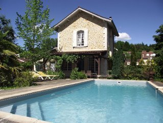 SARLAT TOWN+AIRCON+3 BEDS+3THS+PARKING+WIFI+BISTROS & SHOPS 150mtrs WALK+POOL