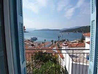 Traditional House with stunning panoramic sea, mountain and harbour views, aluguéis de temporada em Galatas