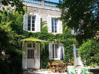 Belle maison bourgeoise ... cote village! cote jardin!
