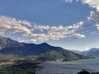 Appartamento con splendida vista sul Lago di Como nella quiete della montagna.