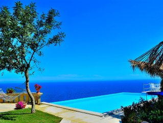 Villa with spectacular view on the sea, swimming pool, garden and relax. Salent