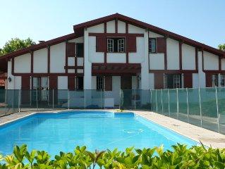 Villa de type basque avec piscine et jardin à proximité des plages et du centre