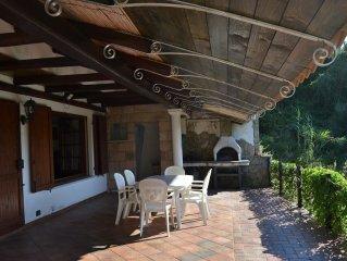 Bosa: appartamento in villa bifamiliare con giardino privato e piscina