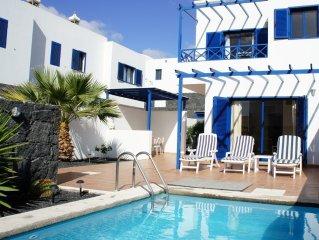 Villa con piscina privada y terraza con porche muy cerca del puerto deportivo