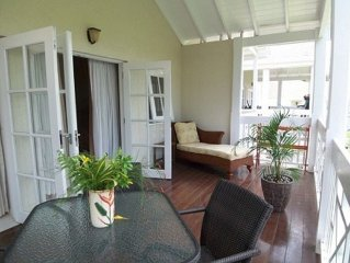 Beautiful One-bedroom Ten minute walk to white sand beach with shared pool