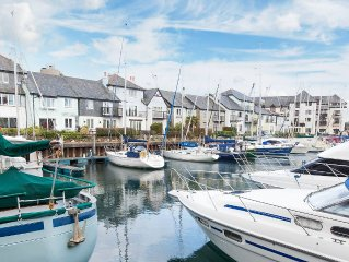 2 bedroom modern apartment,  easy walk to Falmouth shops & restaurants, parking