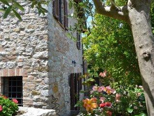 Casa vacanze antica in pietra con giardino in centro e vista Umbria-Toscana