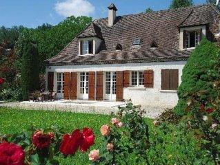 Belle chartreuse au bord de la riviere , Dordogne, située dans le Périgord Noir