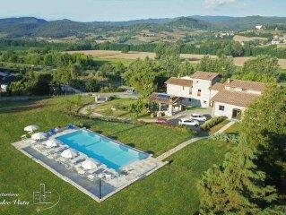 Villa con piscina con vista sul castello di Poppi