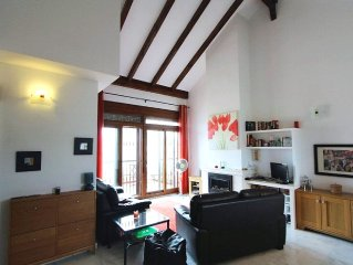 Top floor apartment. Vaulted ceilings. 35 mins from Alicante. Family-friendly.
