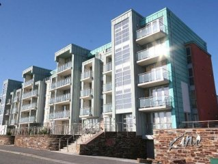 Modern luxury apartment within 5 min walk to Fistral Beach with sea view