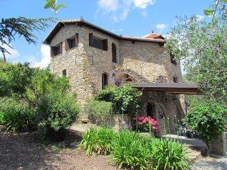 Villa con piscina sulla collina di Sanremo, un'oasi di tranquillità nella Natura