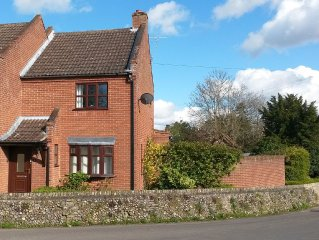 Spacious Cottage in Historic Reepham, Norfolk. Free WiFi. Private Parking
