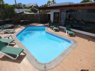 A Stylish boutique and contemporary detached villa H/pool, full A/C, WiFi, H tub