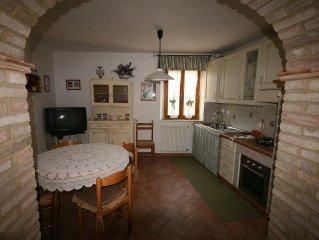 casa nel borgo storico tra le colline toscane