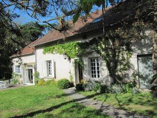 Au milieu de la France, entouree dans grand jardin, une maison plein de charme