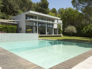 Modern luxury villa in Luberon Provence, private pool and garden, striking views