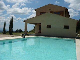 Villa con grande piscina in posizione panoramica fronte mare e colline.