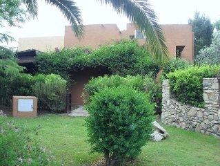 Una villetta ideale per due famiglie, un'oasi di pace immersa nel verde.
