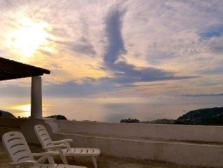 Suggestiva e panoramica villa eoliana sulla collina di Pianoconte.