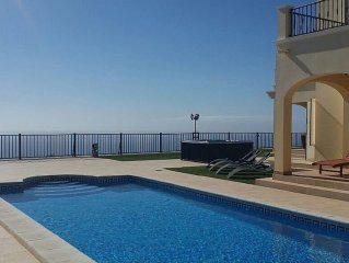 Luxury Villa 4bed,heated pool,hottub,WiFi,meet&greet
