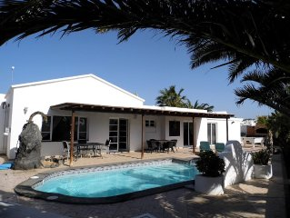 Sleeps 12, 3 bathrooms, private heated pool - very private. Sky Sports. AIR CON